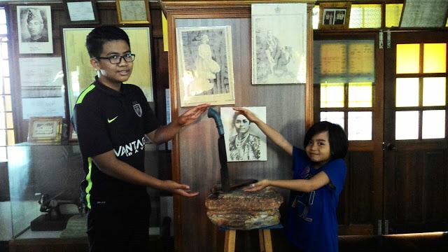 Parang berdiri di Muzium Bugis